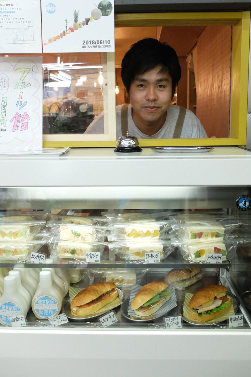 「時間があるときは鎌倉だけの普通じゃない『ぐるぐるフルーツ飴』(300円)も作る」と三上店長