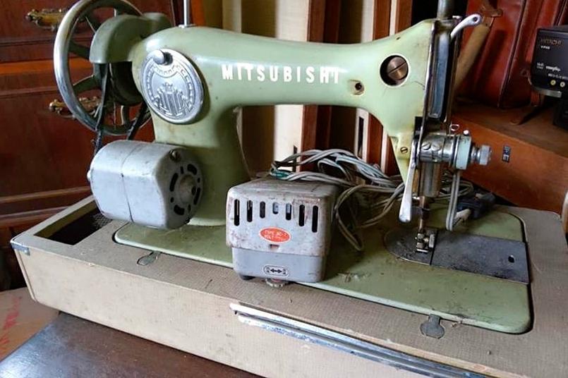 モーター付きの電動ミシンは色も形状もレトロモダン。「MITSUBISHI」のロゴも見える