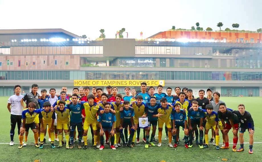 サッカー場を中心に据えた複合施設「アワータンピネスHUB」では対戦相手の選手と一緒に記念撮影