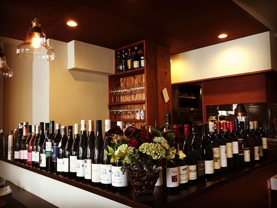 1周年記念パーティー「EPiC NiGHT」用に用意した30種のワインがカウンターに並ぶ