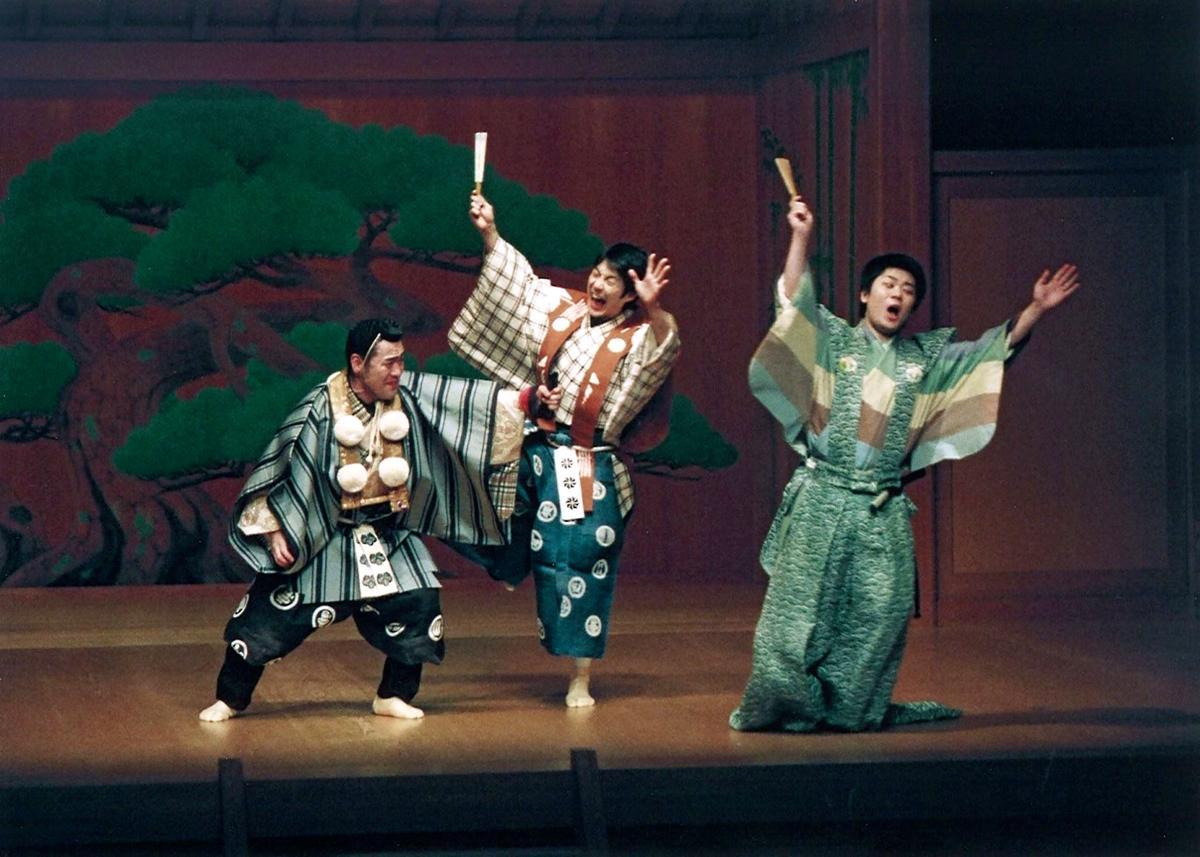 和泉流 狂言「蝸牛」を演じる野村萬斎さん(中央)は2日目の演者。初日は野村万作さん、3日目は石田幸雄さんが演じる