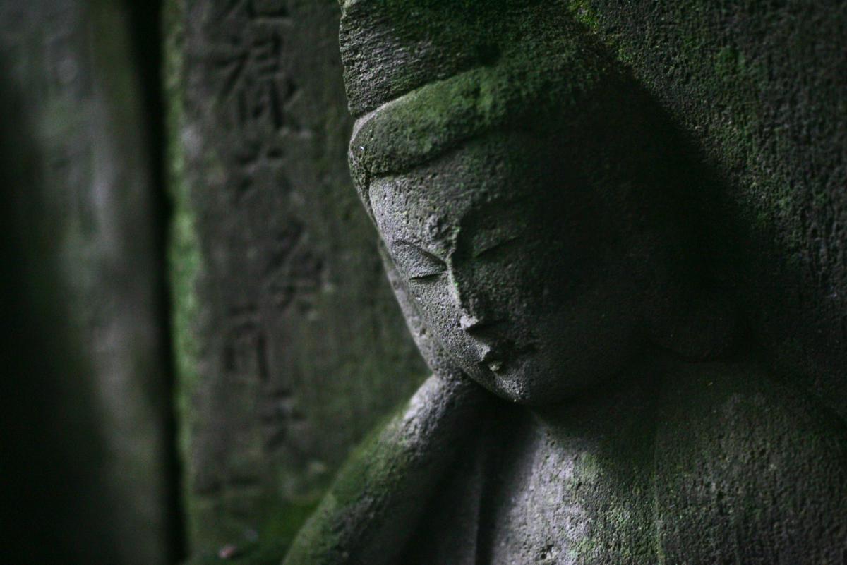 谷戸にある龍宝寺(鎌倉市植木)境内には多くの石仏が並ぶ。頬に手を当て優しい表情の石仏を表紙に使った