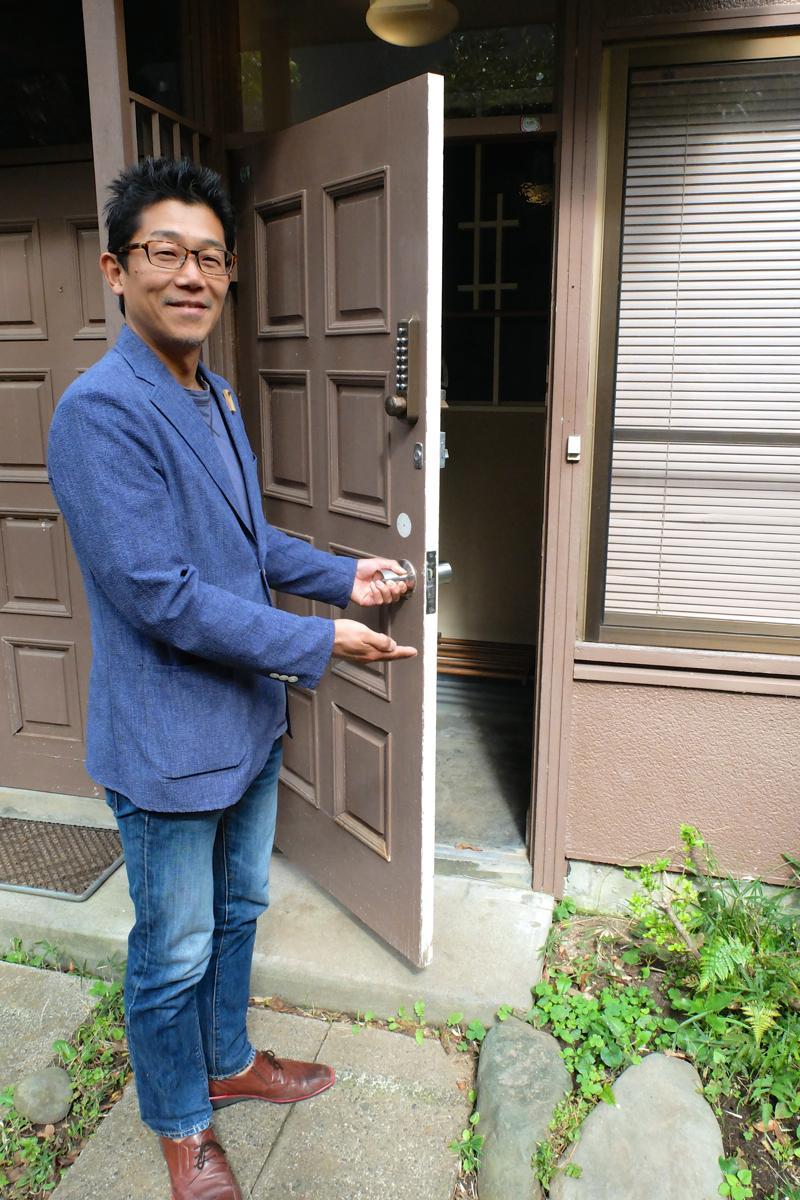 元アパートの1室をホテルにした。外観からは判別がつかないが、オーナーの戸井田さんが招く玄関がホテルの入り口