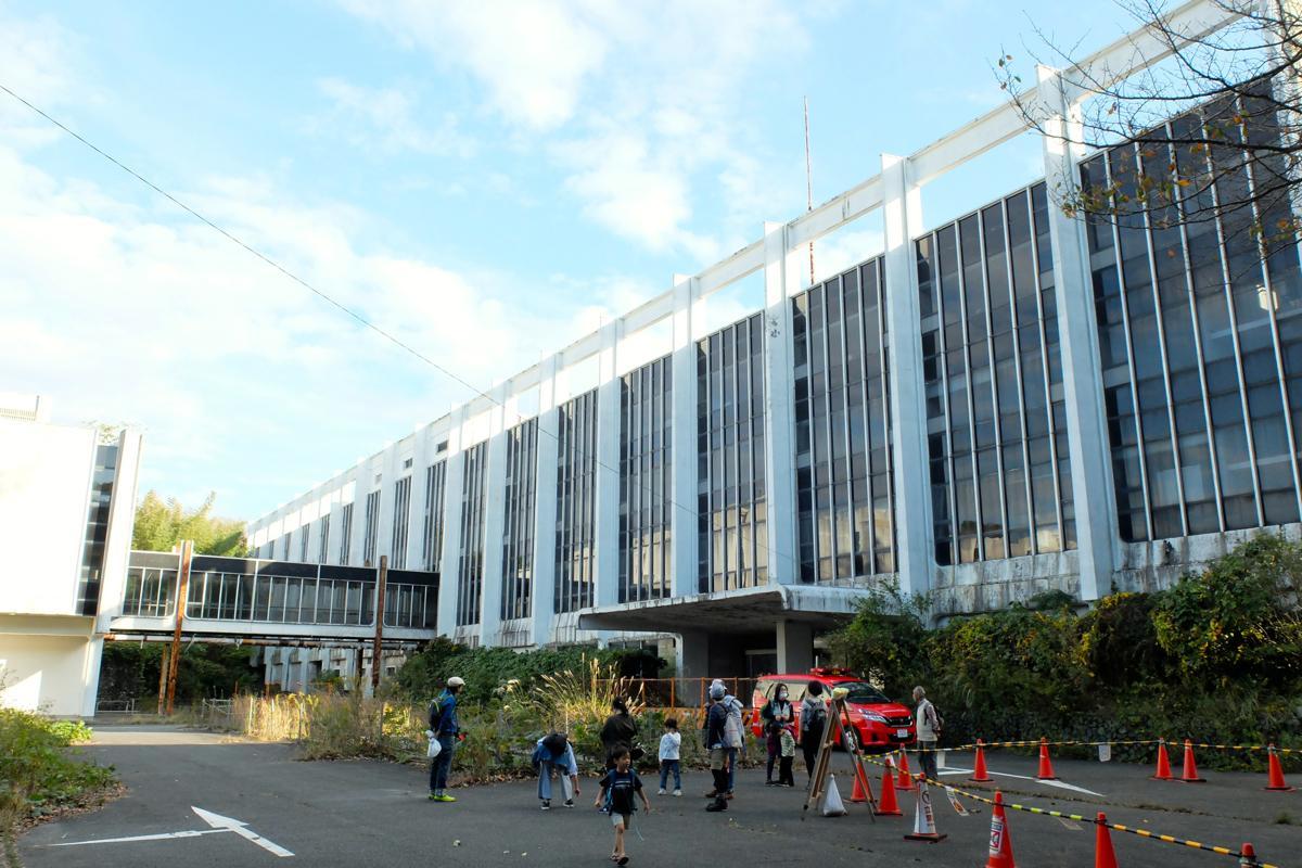野村総研跡地活用を考えるハイキング 鎌倉市内最大級の建物に驚きの声 ...