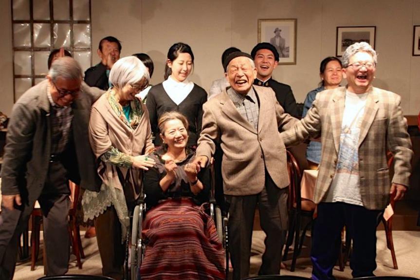 昨年の公演でのフィナーレ。前列の右から2人目が特別出演の加藤さん
