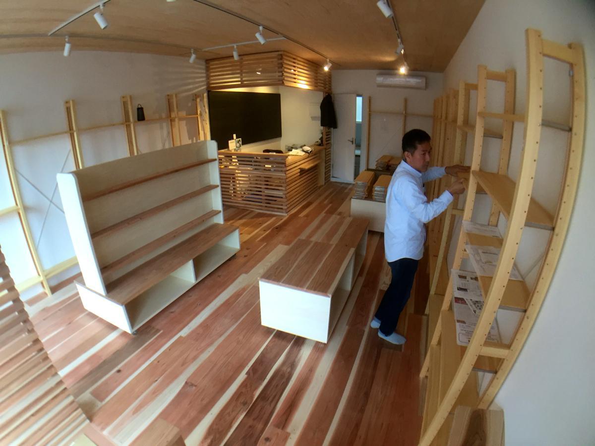 開店日に向けて準備中の店内は、床や天井、什器も木製。この後、書籍が搬入されて書棚が徐々に埋まる