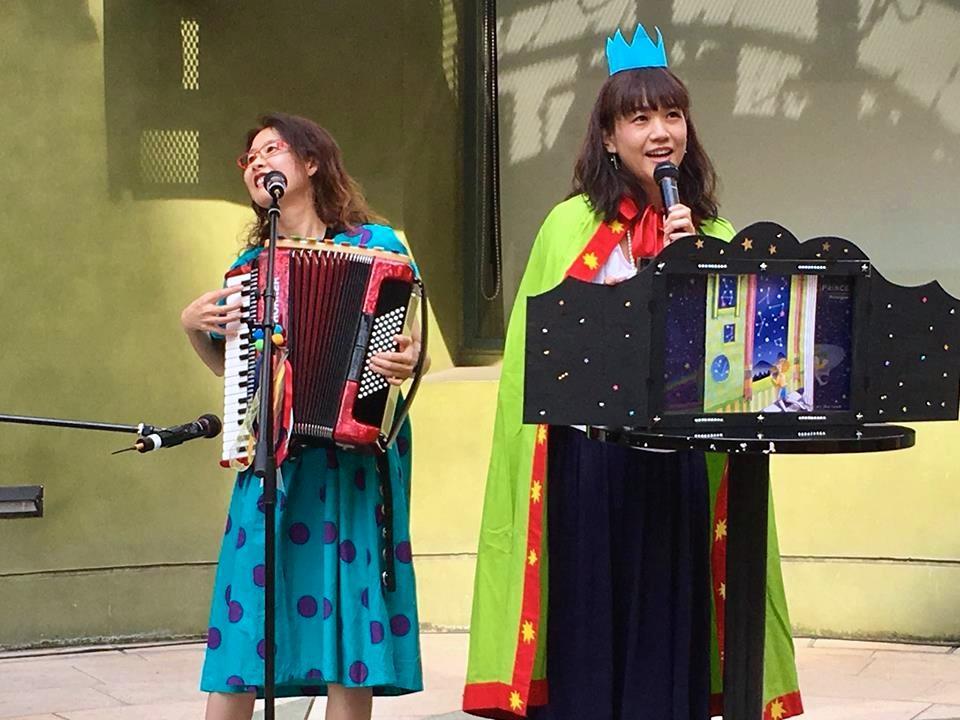 作者のまゆこさん(右)とアコーディオンライブを行う古田朝映さん。「アコーディオンの音色がロケット王子の世界観とぴったり」とまゆこさん