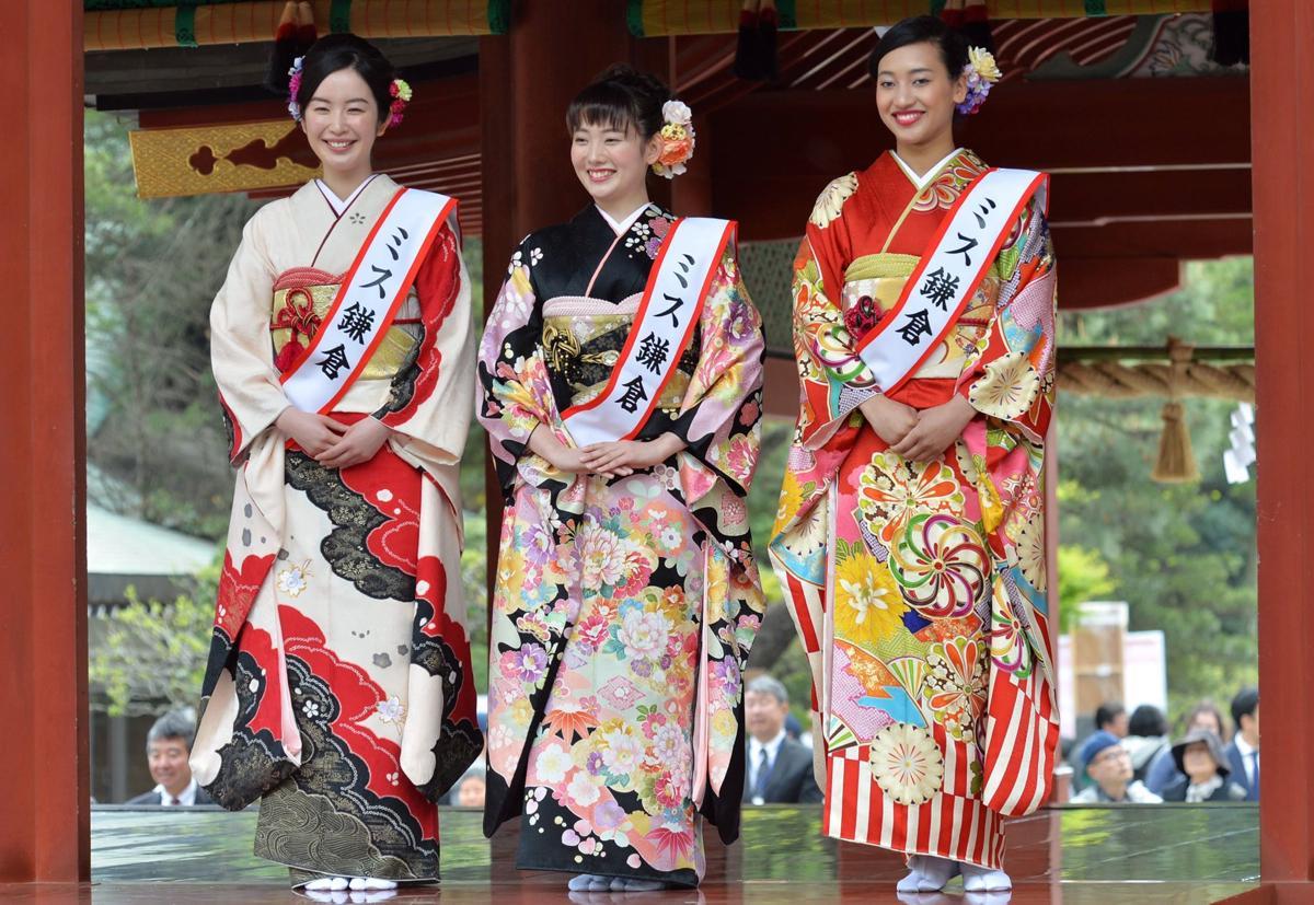 4月に鶴岡八幡宮舞殿でデビューした2018年ミス鎌倉。(左から)梅田すずさん、田中紅音さん、コーリア留奈さん