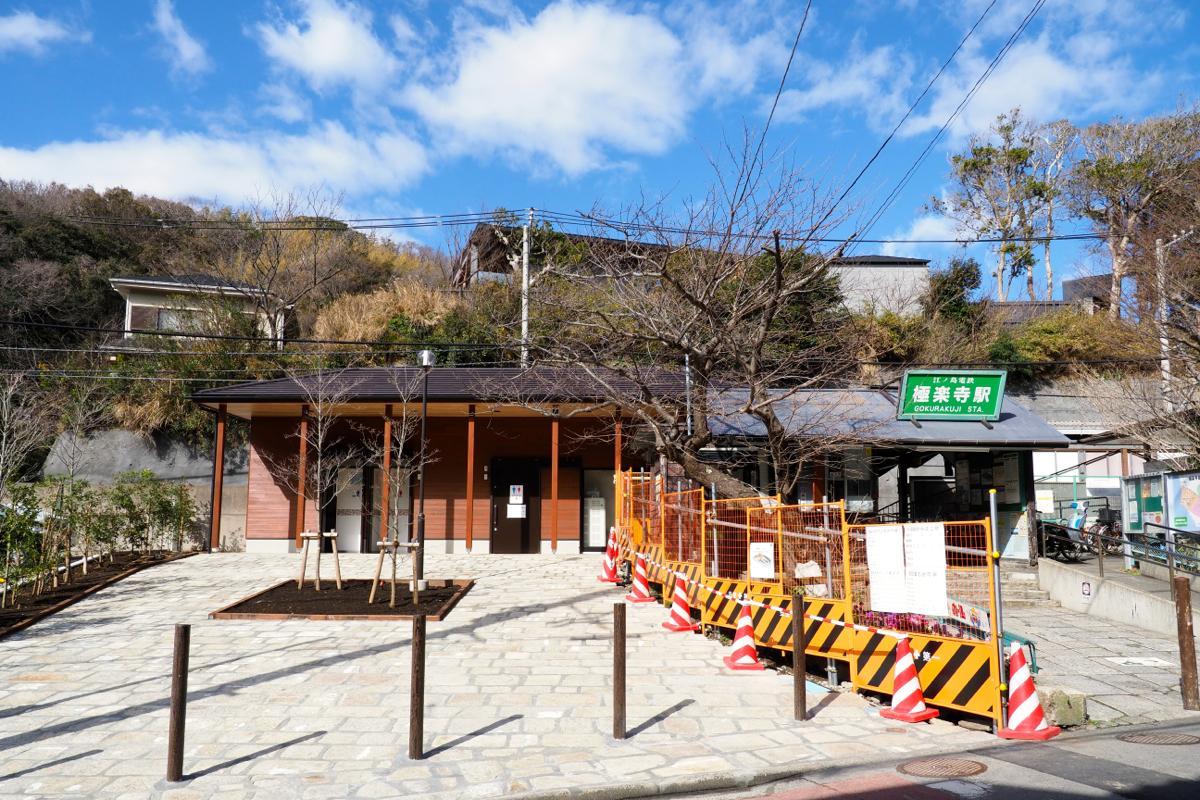 新駅舎も木造で旧駅舎の左奥に新築した。落ち着いた色合いのため、すでに周囲の景色に溶け込んで見える