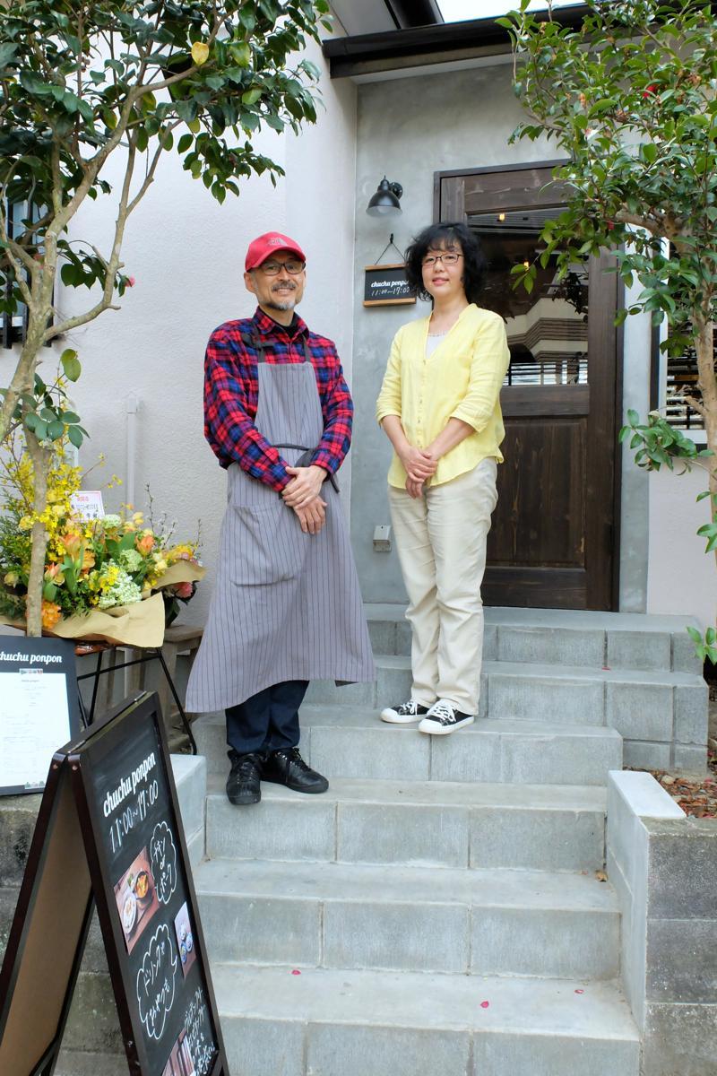 入り口で迎える谷口さん夫妻。以前あったブロックとフェンスを取り払って明るいアプローチに変えた