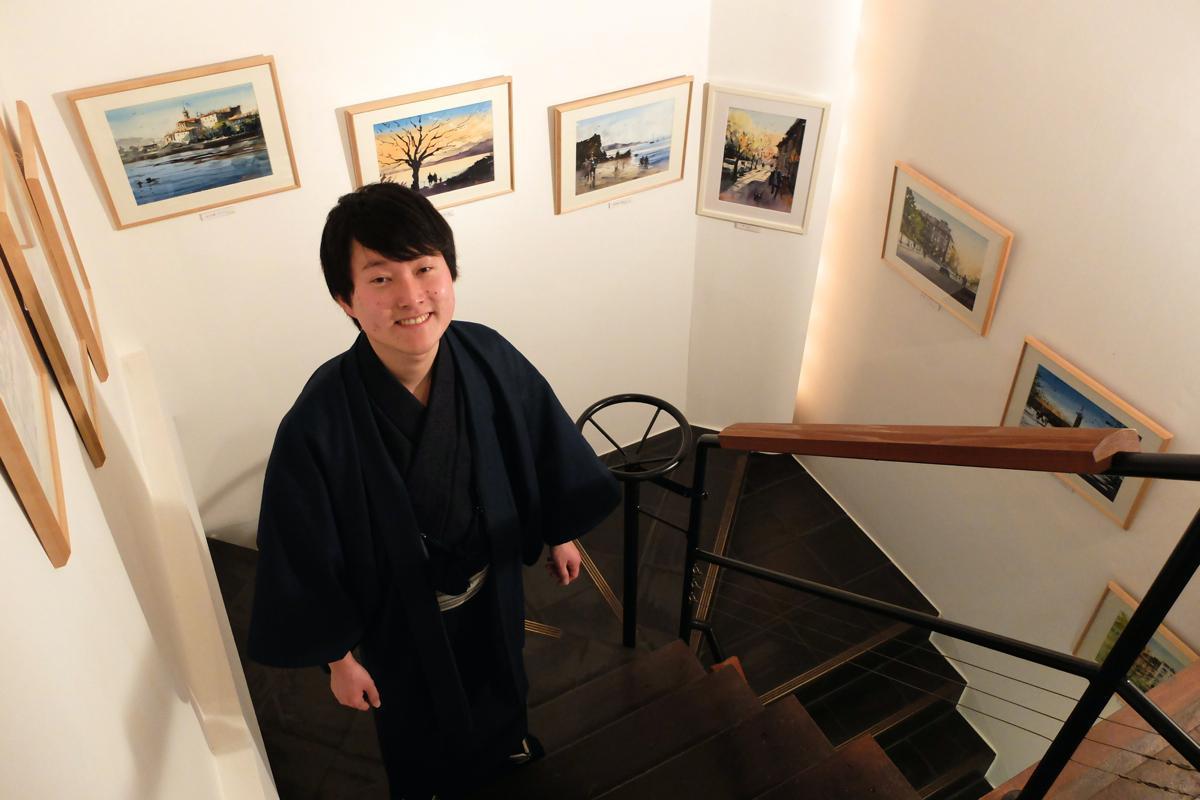 トレードマークとなっている和服姿の矢野さん。24日からは連日在廊する予定