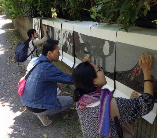 井上智陽イラスト工房の外壁。表面を削ると色が現れる「SCRACH」は、参加者が思い思いに絵を描いていく(昨年の様子)