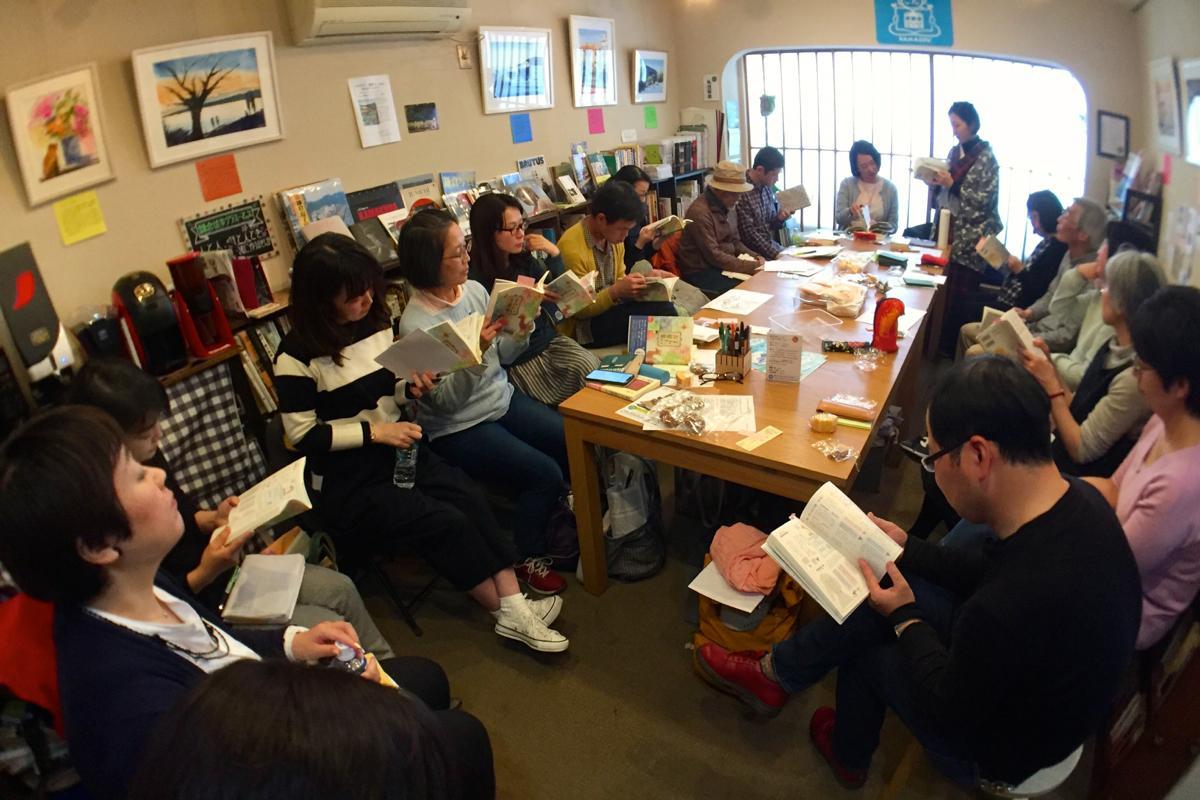本に囲まれた空間に老若男女が集まった。奥に立つ着物姿がまつしたゆうりさん