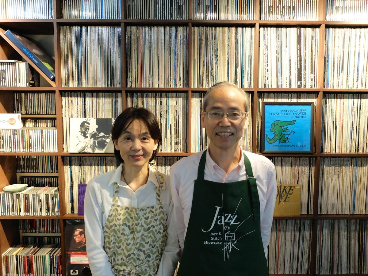 「リクエストにも応えます。好きなジャズを探して」と店主夫妻。レコードやCD約3500枚が壁面に並ぶ