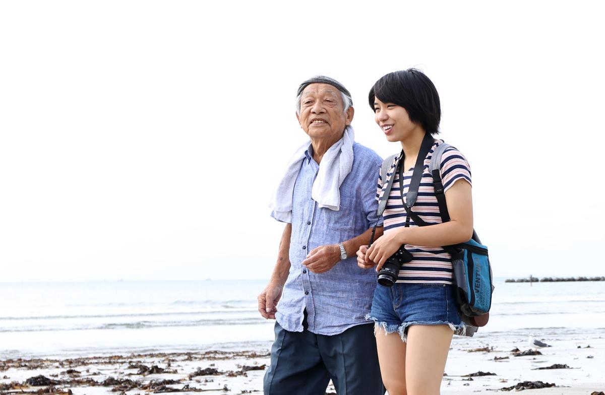海岸を歩く加藤さんと宮崎さん。劇中では70歳という年齢差の2人が鎌倉で心を通わせていく