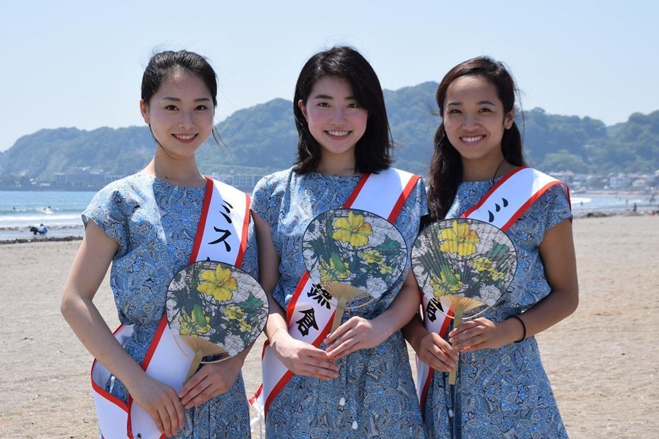 今年の納涼うちわを手にするミス鎌倉。「普段使いだけでなく、7月10日鎌倉花火大会にも」