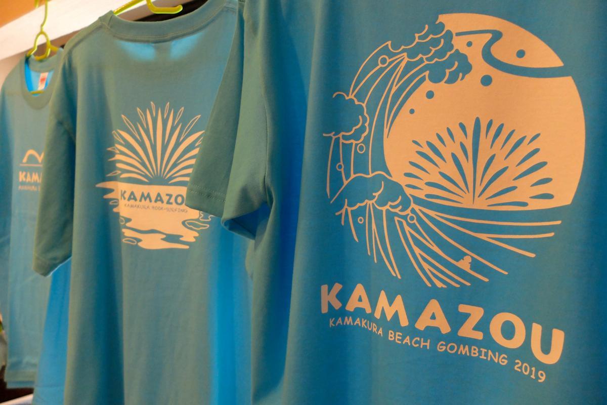 おそろいで着る水色のTシャツ。今年は北斎の神奈川沖浪裏のイメージで鎌倉沖の水中花火をデザインした(右)