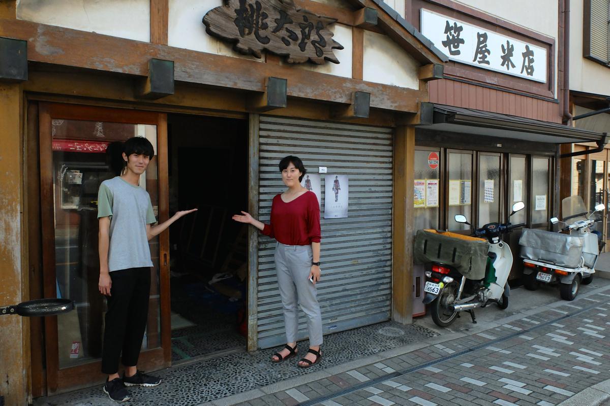 築90年以上という元和菓子屋店が会場。間口は狭いが奥行きは10メートル以上もある