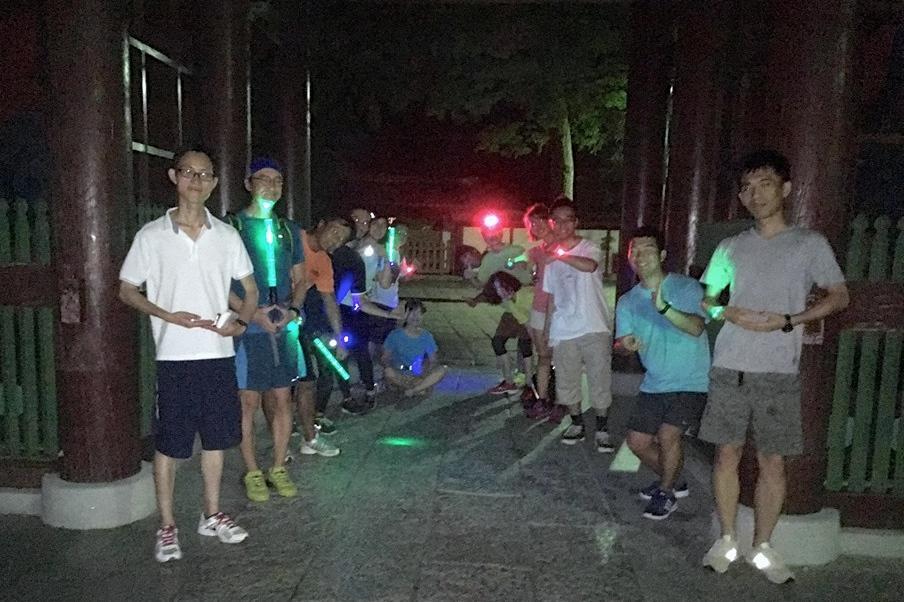 鎌倉大仏の高徳院前での記念撮影。「この時間に訪れたのは初めて」という参加者がほとんどだった