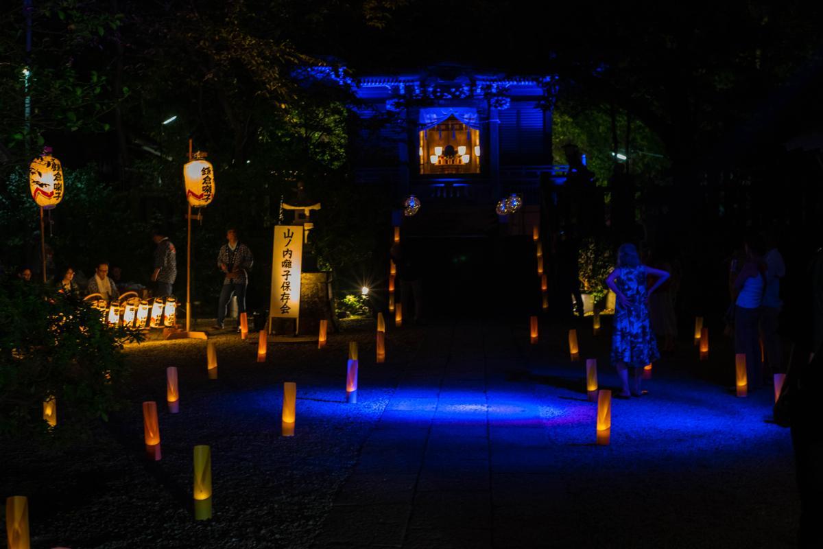 御霊神社では幻想的な明かりの中、地元に伝わる鎌倉囃子(はやし)の音が響き渡っていた