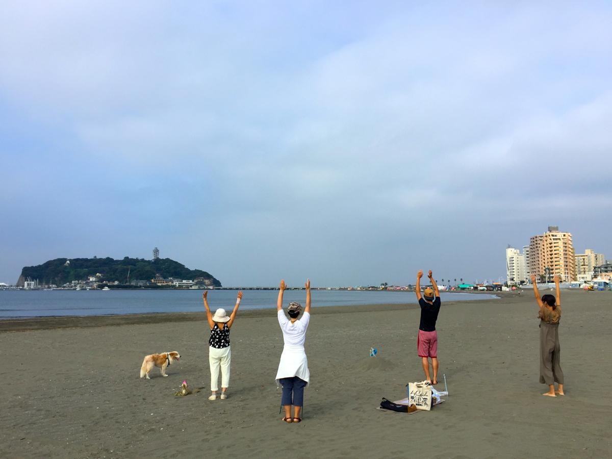 腰越漁港の隣の砂浜が会場。この日の参加者は4人と犬が1匹だった