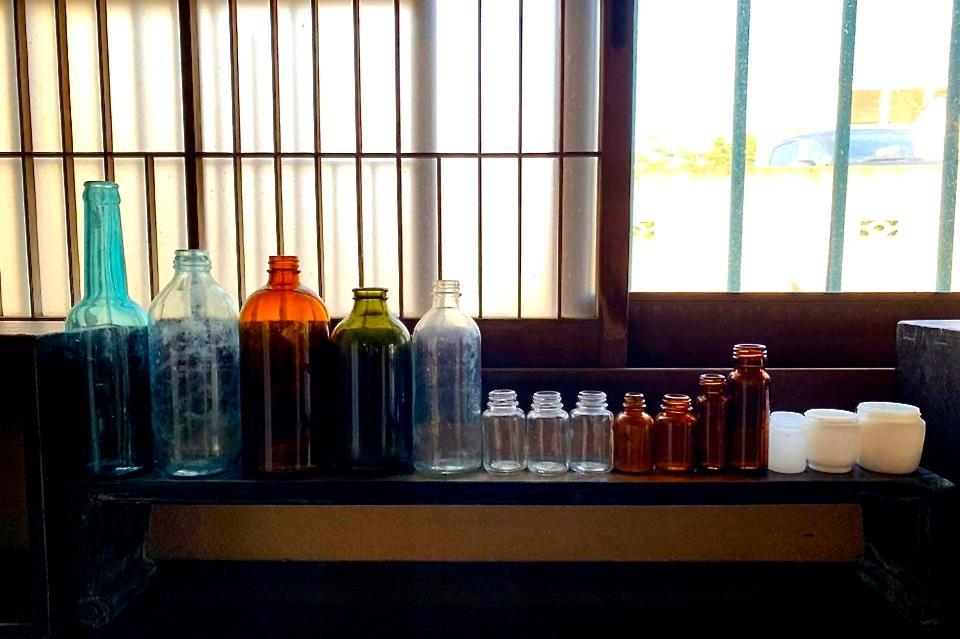 解体した古民家から出てきた古いビン類。「使っていた感があるからこその味わいがある。飾っても楽しい」