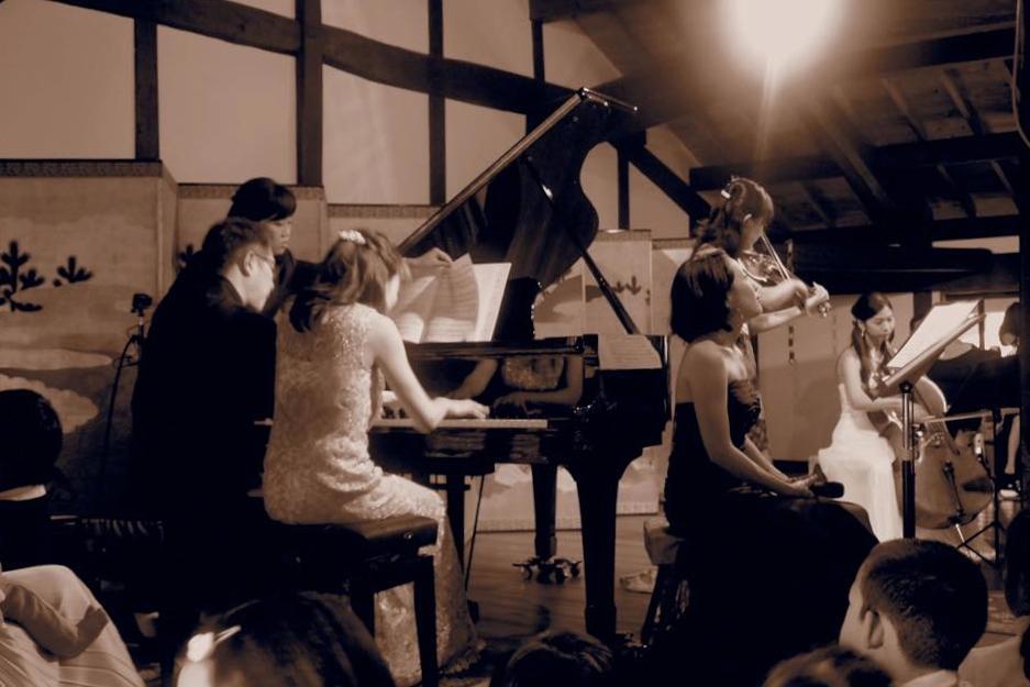境内の「三蔵」が会場。鎌倉や湘南にゆかりのある音楽家たちの熱演に子どもたちも聞き入った(昨年の様子)