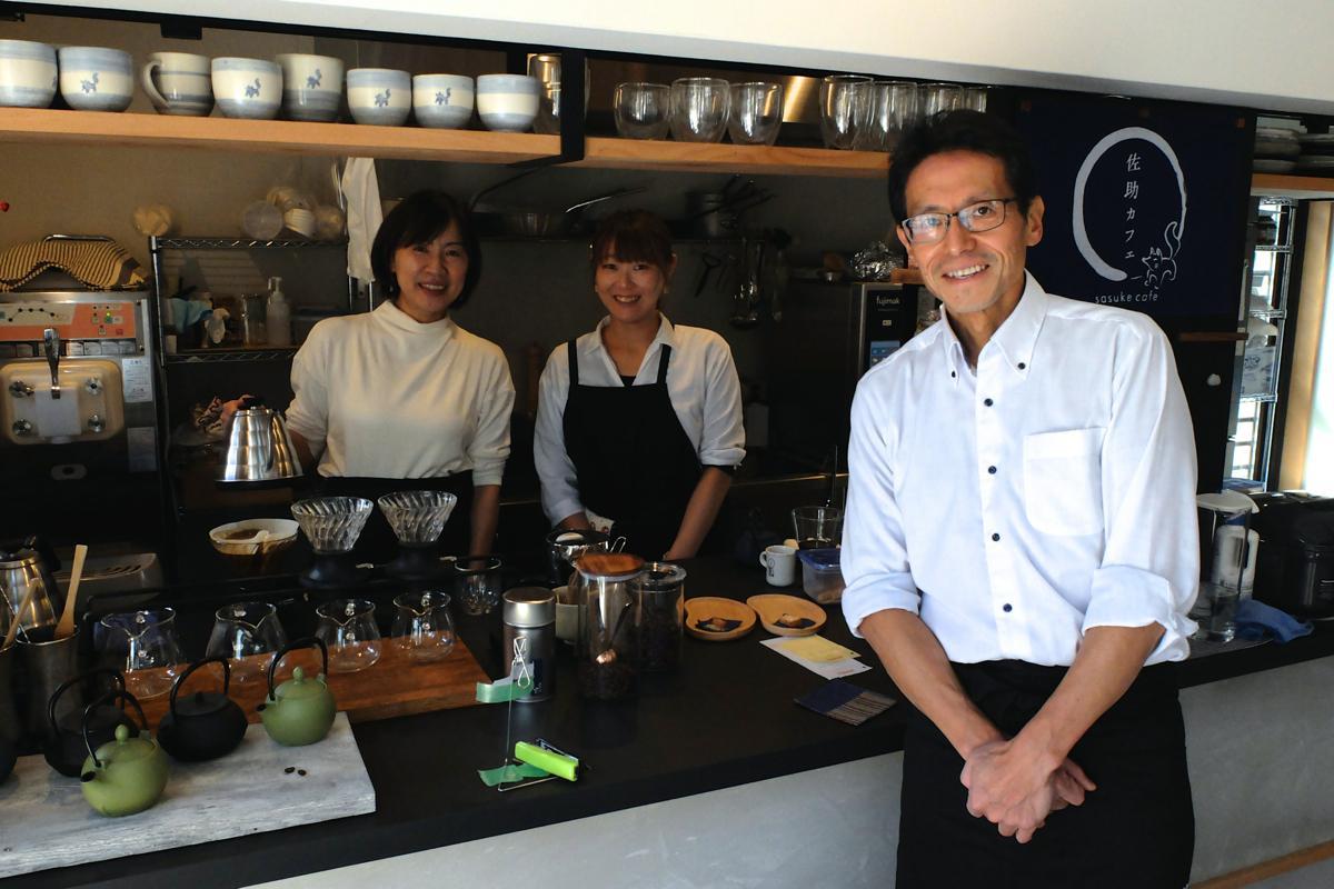 店主の島崎亮平さん(右)とスタッフの及川さん(中)、妻のひとみさん(左)で切り盛りする