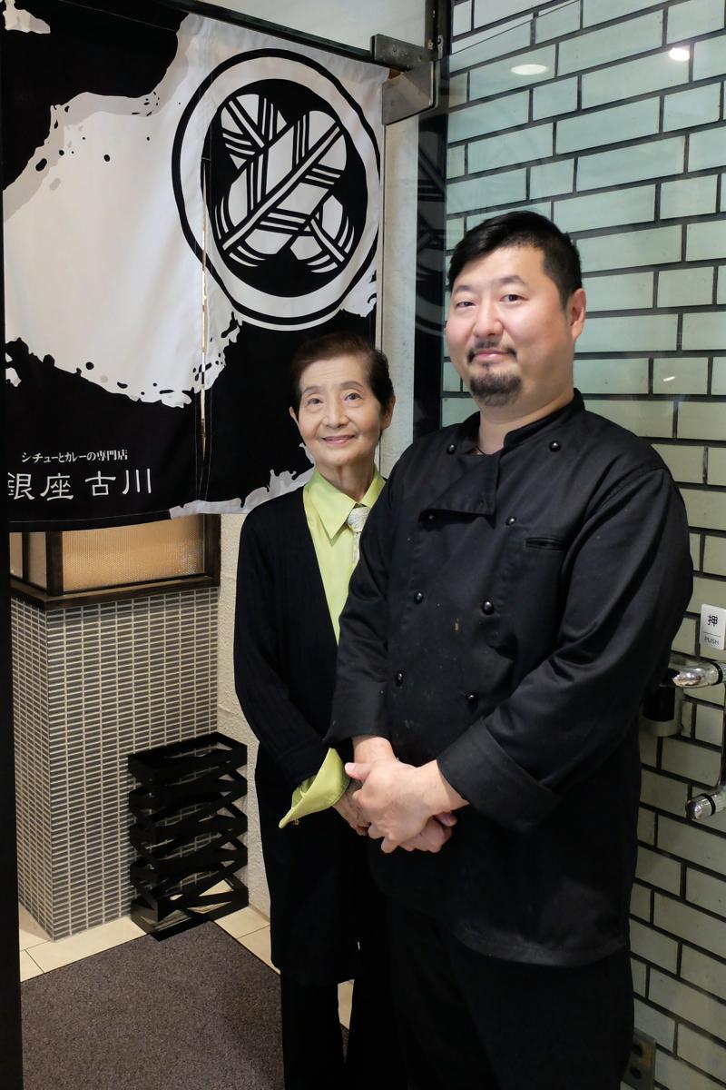 元タカラジェンヌの母・百合美さんと店主の智久さんが真新しいのれんの前で
