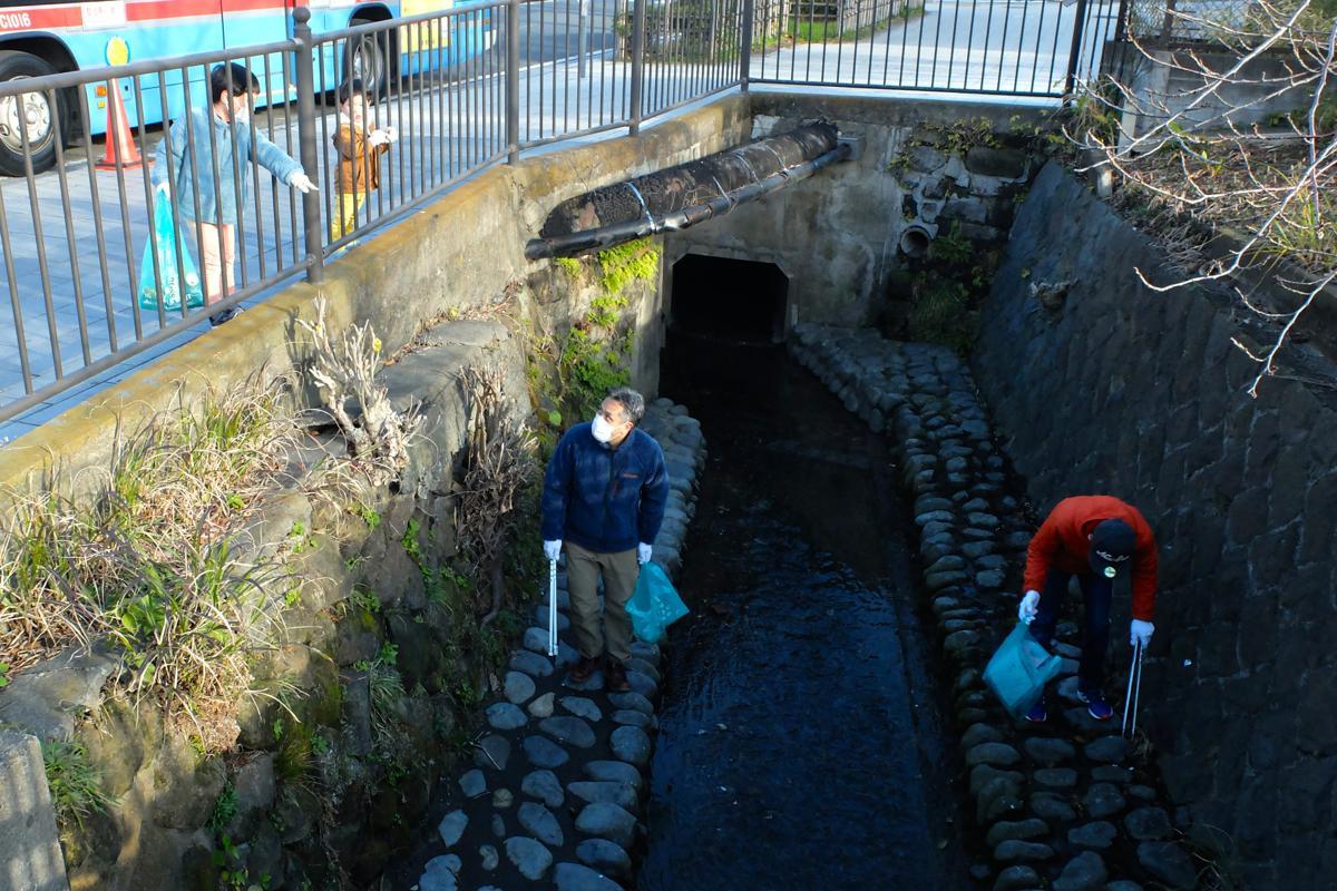 「おとうさん、そこ」と子どもが指示。若宮大路沿いの川の両岸にも投げ込まれたゴミが目立った