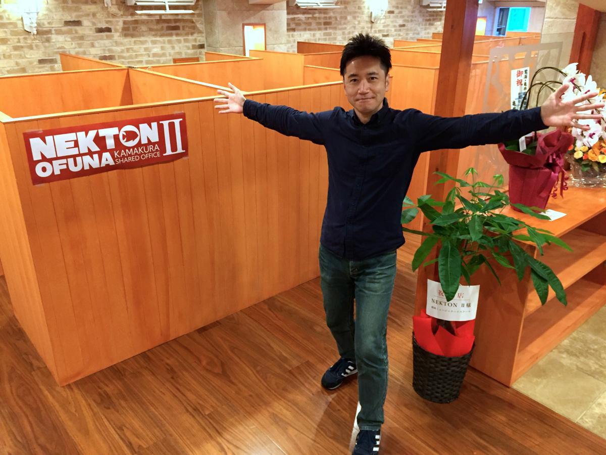 代表の安光太郎さん。オープンしたばかりのネクトン2のブース前で