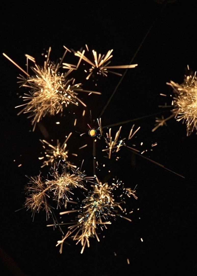 日本の職人が作った線香花火の動画を撮影し、当日参加者のスマホ画面に映し出す