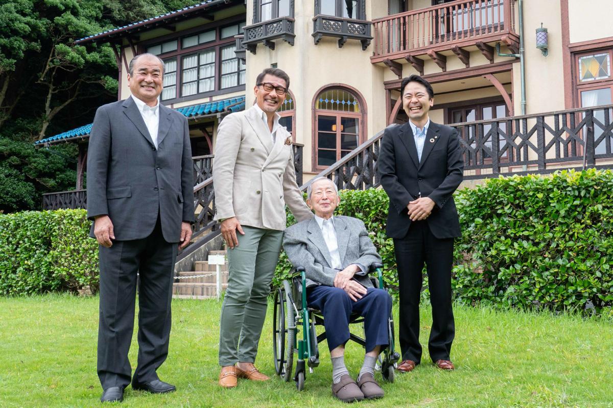 鎌倉文学館の前庭で、山内静夫さんを囲んでの記念撮影は笑顔があふれた(左から大森会長、中井さん、山内さん、松尾市長)