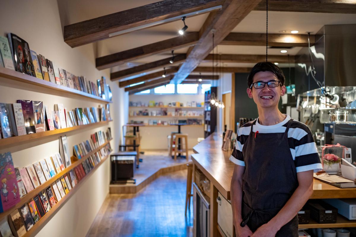 「ブックカフェならぬブック居酒屋ですね」と笑う店主の小田切堅造さん
