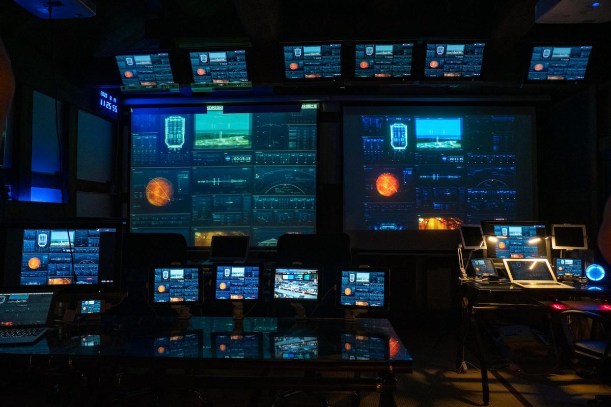 秘密基地内の管制センター。映画の世界に放り込まれたような印象だが、足元は畳敷き