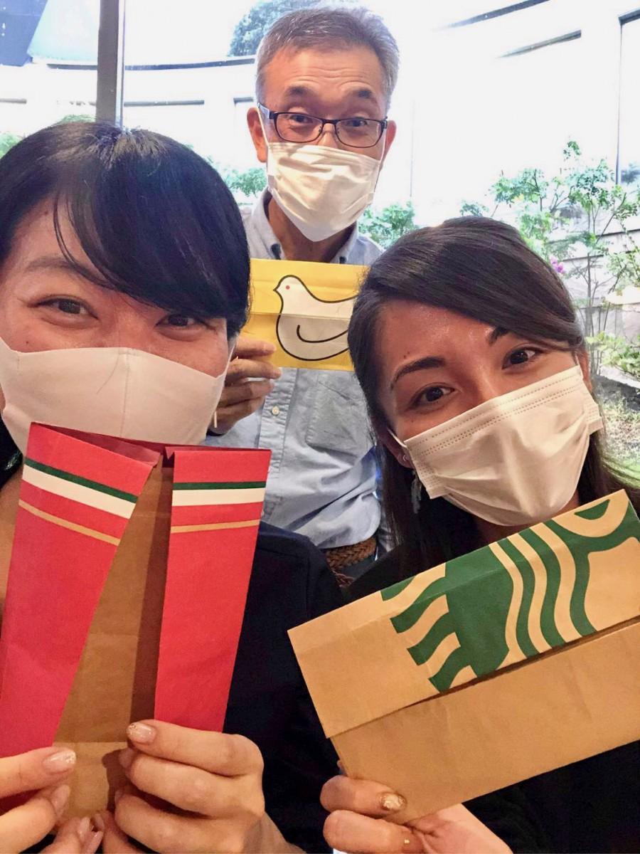 「WeBase鎌倉」でのワークショップではコーヒーチェーンや菓子の紙袋から製作。真ん中が木村さん