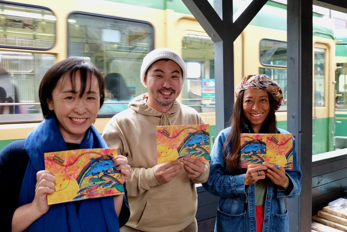 発案者の中嶋さん(左)、デザインした小野さん(中)、かおかおパンダさん(右)が腰越御朱印帳を手に