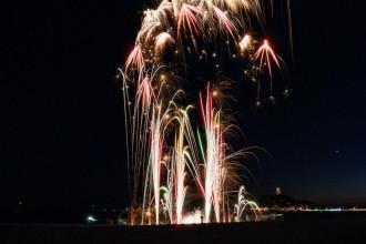鎌倉腰越海岸でおもちゃ花火大会 「腰越愛」詰まった5分間に歓声