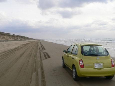 日本海の波しぶきを浴びる波打ち際のドライブを楽める「千里浜なぎさドライブウェイ」