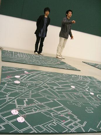塚本さんと貝島さんがプロジェクトを説明