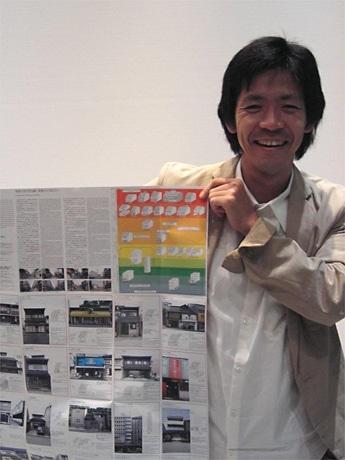 完成したガイドマップを手にするアトリエ・ワンの塚本由晴さん