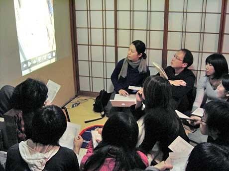 建築写真アーカイブのプレ公開を行うメンバーと参加者