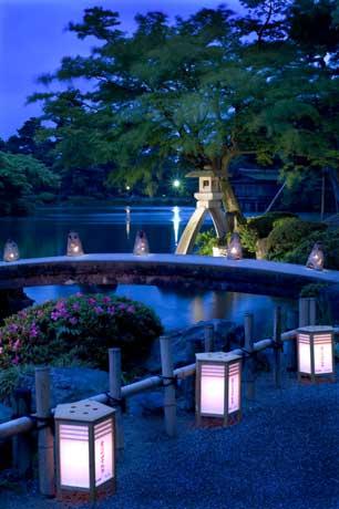 ライトアップされて美しく浮かび上がる兼六園・ことじ灯籠(どうろう)