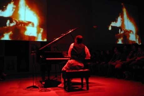 「荒野のグラフィズム:粟津潔」関連企画  山下洋輔ライブ「ピアノ再炎上」より(2008年2月17日)  提供=金沢21世紀美術館