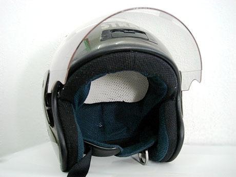 スポンジに変えて内部素材が立体メッシュ素材のヘルメット。上部通気口からの空気の流れで涼しい。