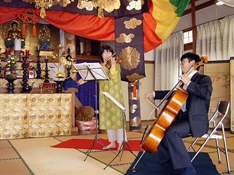 棟岳寺で開かれたオランダ祭りでのコンサートの模様