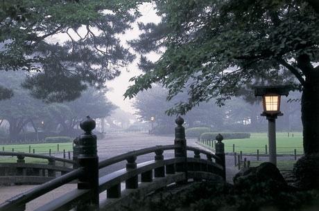 外国人観光客の人気が高まっている兼六園・霧の中の花見橋