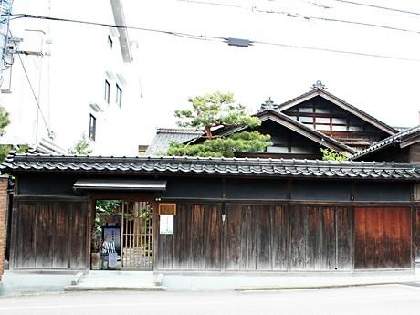 一般開放された茶室「旧園邸・松向庵」は、金沢市の指定文化財にもなっている。