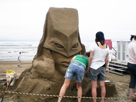 砂像を制作する国際デザインカレッジ金沢の学生ら
