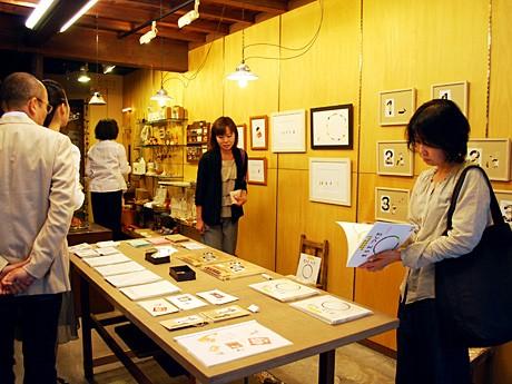 コラボンで開催中の辻恵子絵本原画展「まるを つくる&かくれた かたち 1 2 3」